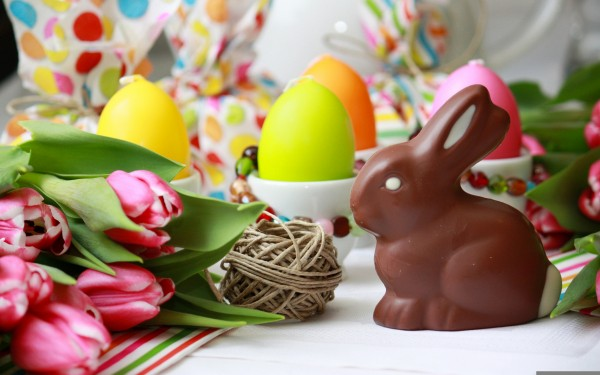 ... -colorful-easter-eggs-flowers-happy-easter-holiday-romantic-600x375